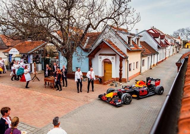 Red Bull показала очень красивую рекламу, снятую в Чехии: видео