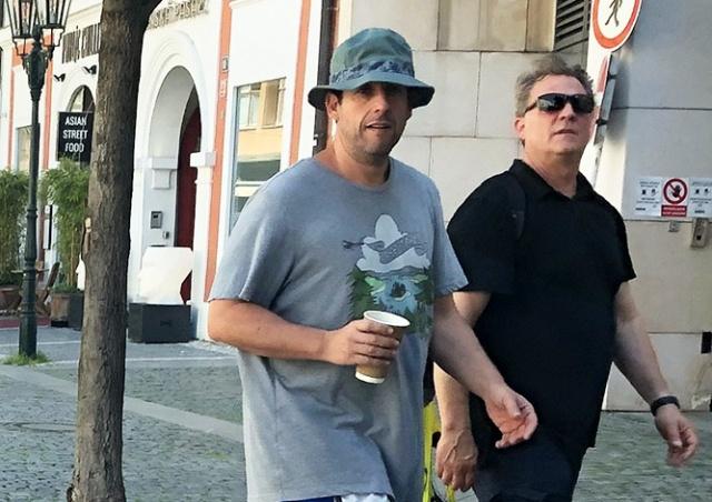 Адам Сэндлер прилетел в Прагу на съемки фильма