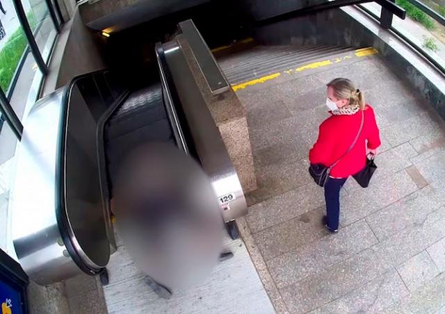 В Праге пенсионер упал на эскалаторе, никто не помог: видео