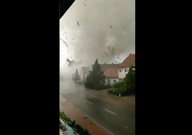 Очевидец показал запись из эпицентра торнадо: страшное видео