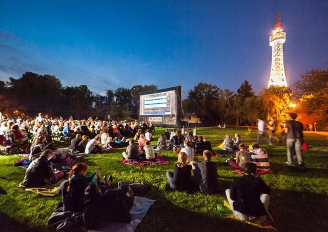 В Праге начал работу Kinobus - бесплатный кинотеатр под открытым небом