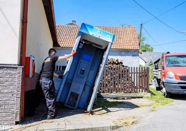 В Чехии демонтировали последнюю телефонную будку: видео