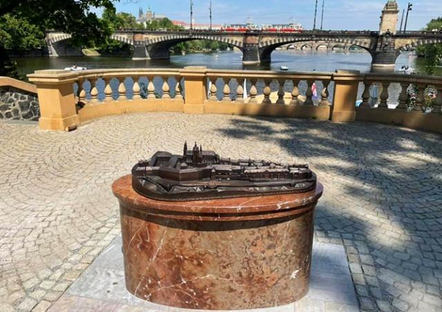 Для незрячих в Праге установили тактильную модель Пражского Града