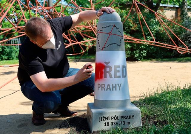 Географический центр Праги обозначили информационным столбиком