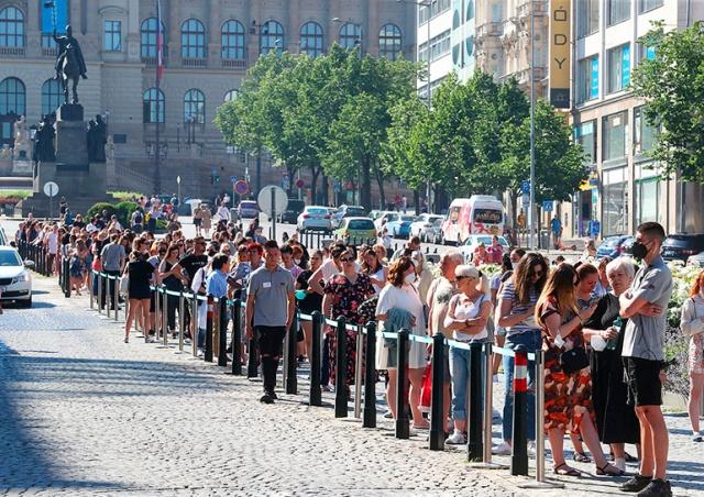 Открытие магазина Primark привлекло сотни пражан: образовалась гигантская очередь