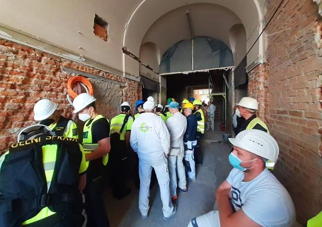 Проверка выявила на стройке в центре Праги 36 нелегалов. Несколько рабочих разбежались