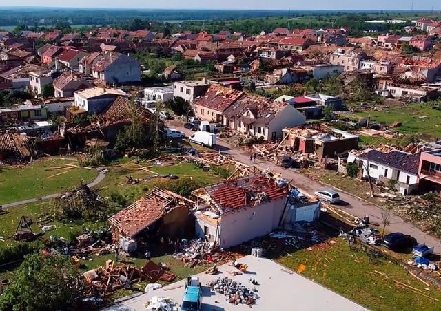 Последствия торнадо в Чехии засняли с дрона: видео