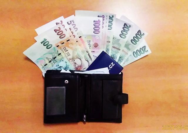 Житель Праги нашел на улице 12 тыс. крон и отнес их в полицию