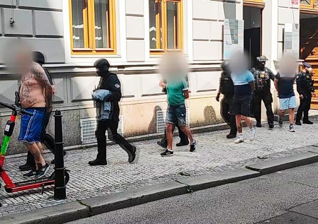 В Праге восемь пьяных иностранцев напали на таксиста: видео