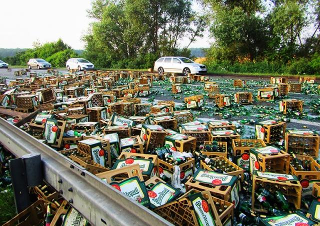 В Чехии из фуры на дорогу вывалились сотни бутылок пива