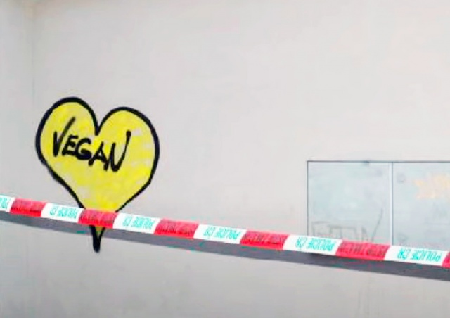 В Праге иностранец написал на костеле «Vegan» ради пропаганды веганства