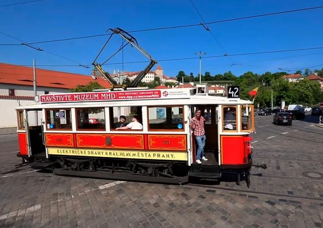 Прага запустила новый туристический трамвай: видео