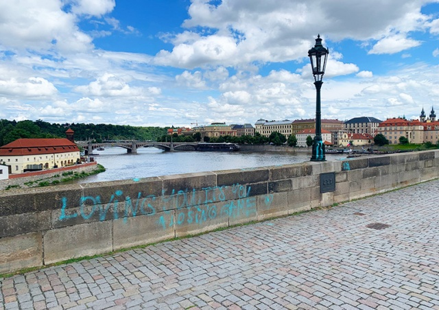 Неизвестный вандал изрисовал Карлов мост