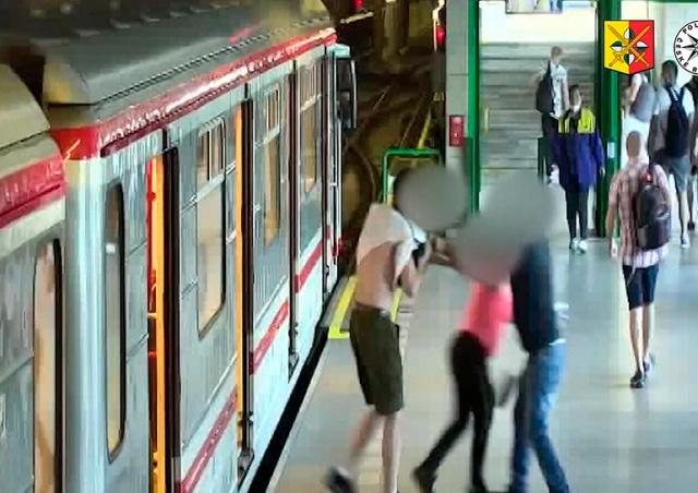 В Праге иностранец напал на пассажиров метро: видео