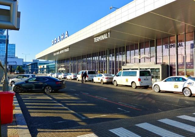 Прилетевших в Прагу россиян с ВНЖ не пропустили через границу
