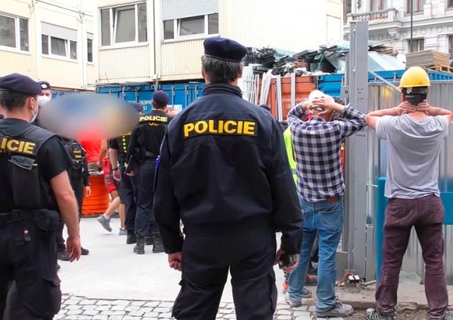 Видео: 15 иностранцев депортировали после рейда на стройку в центре Праги