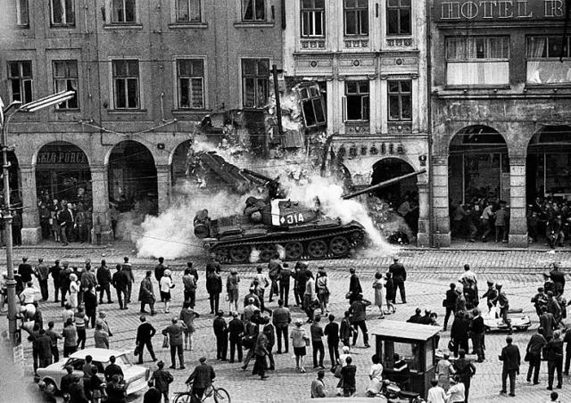 Ровно 53 года назад войска Варшавского договора вторглись в Чехословакию