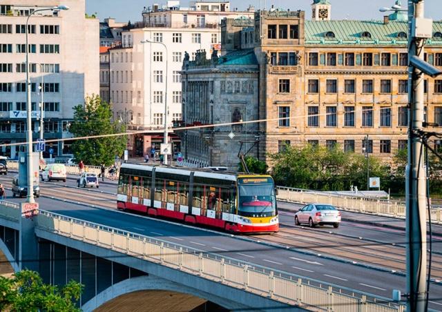 Общественный транспорт Праги начнет ходить чаще