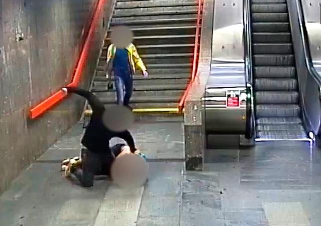 В Праге иностранцы жестоко избили и ограбили пассажира метро: видео
