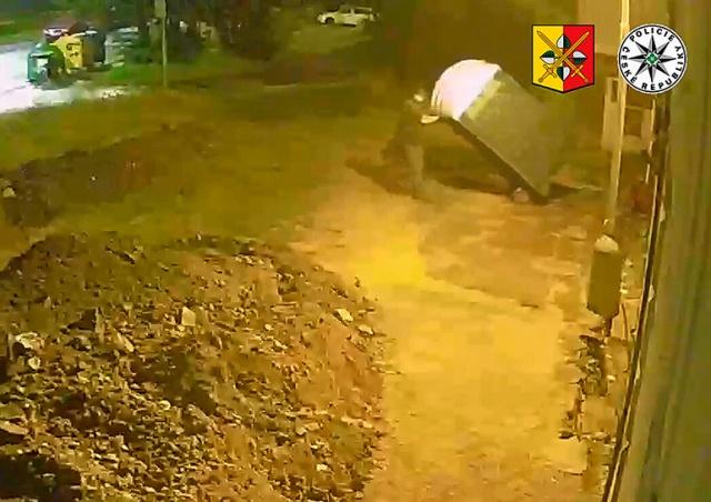В Праге неизвестный украл с улицы мобильный туалет: видео
