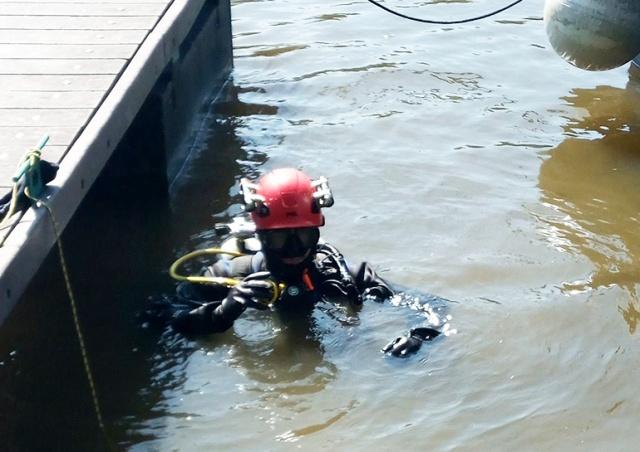 Житель Праги уронил в реку ручку за 100 тысяч крон. Помогли полицейские водолазы