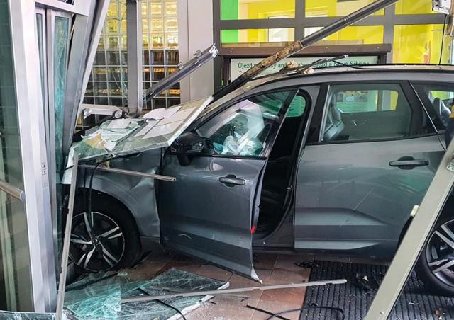 В Праге пенсионер сбил ребенка и въехал в витрину: видео