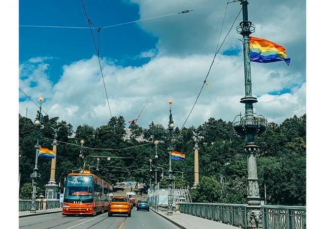 По Праге развесили радужные флаги в поддержку фестиваля Prague Pride
