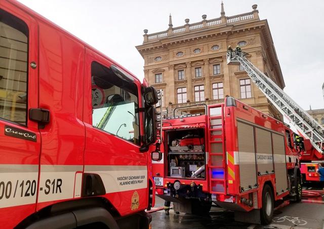 Пожарные в Праге символически «потушили» Национальный театр
