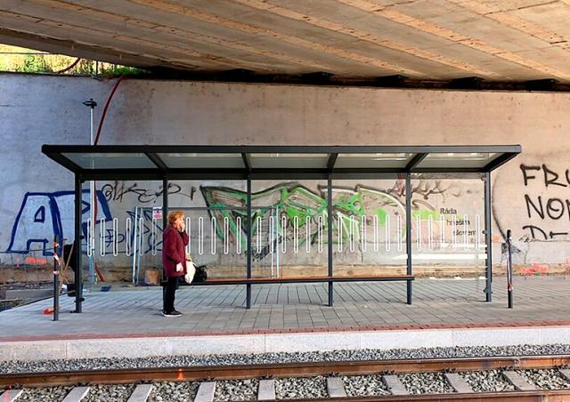 Курьез в Брно: на остановке под мостом установили козырек от дождя