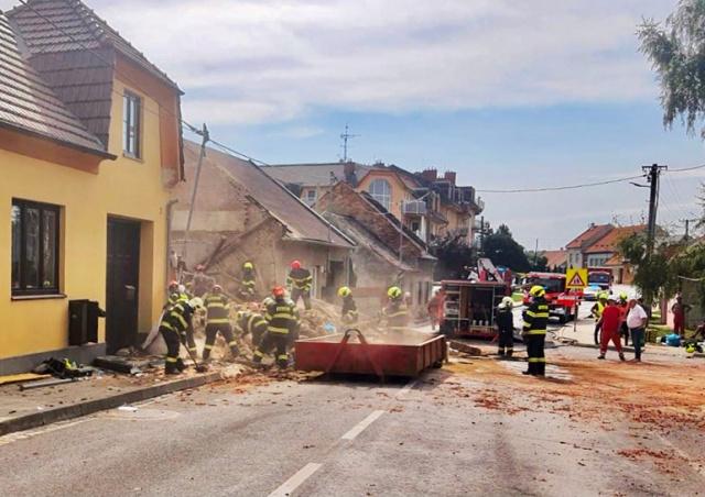 Появилось видео взрыва газа в жилом доме в Чехии