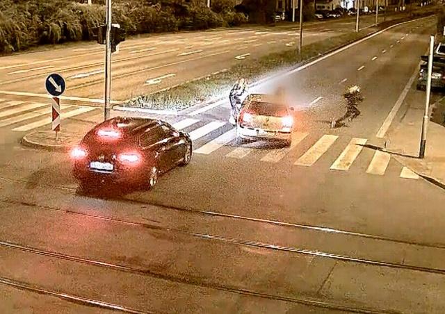 В Брно водитель сбил девушку на пешеходном переходе: видео