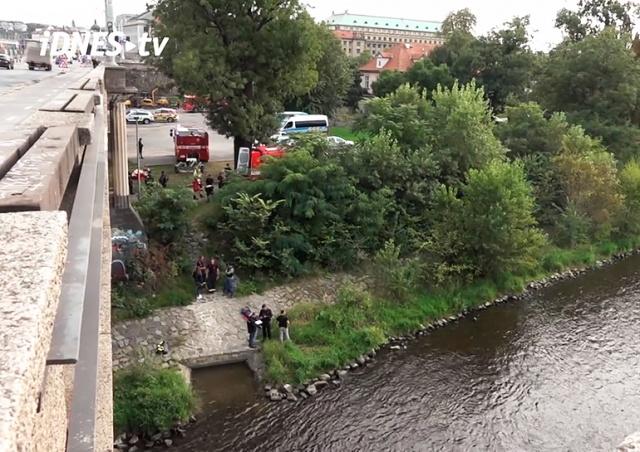 Самоубийца спрыгнул с моста в центре Праги