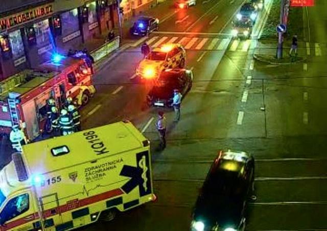 В Праге машина сбила двух человек на пешеходном переходе