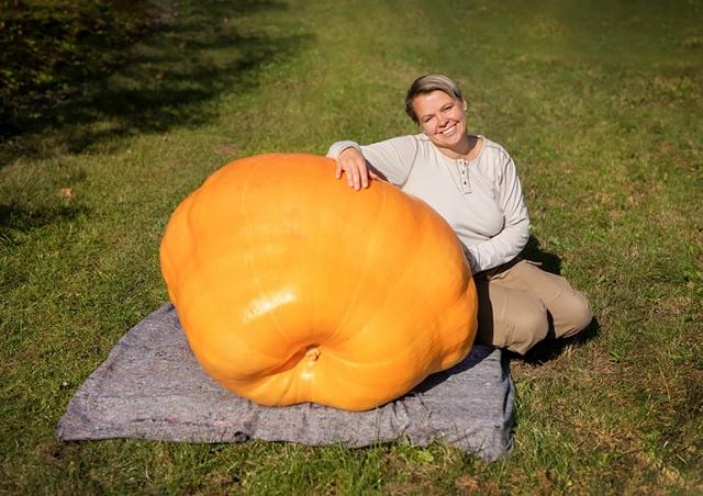 В Прагу привезли гигантскую тыкву-рекордсменку