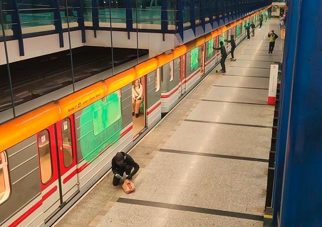 В Праге банда вандалов «напала» на поезд метро. Пассажиры дали отпор
