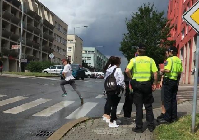 Пражская полиция проверила школьников на алкоголь: видео