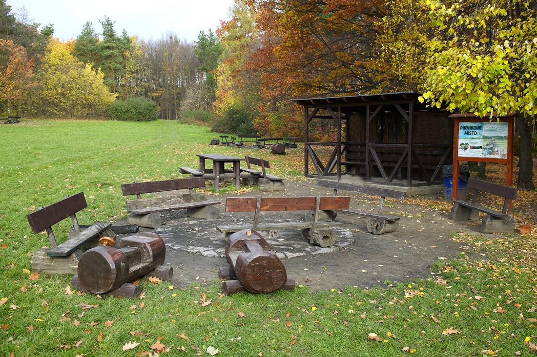 Навес рядом с местом для пикника в парке Hostivař