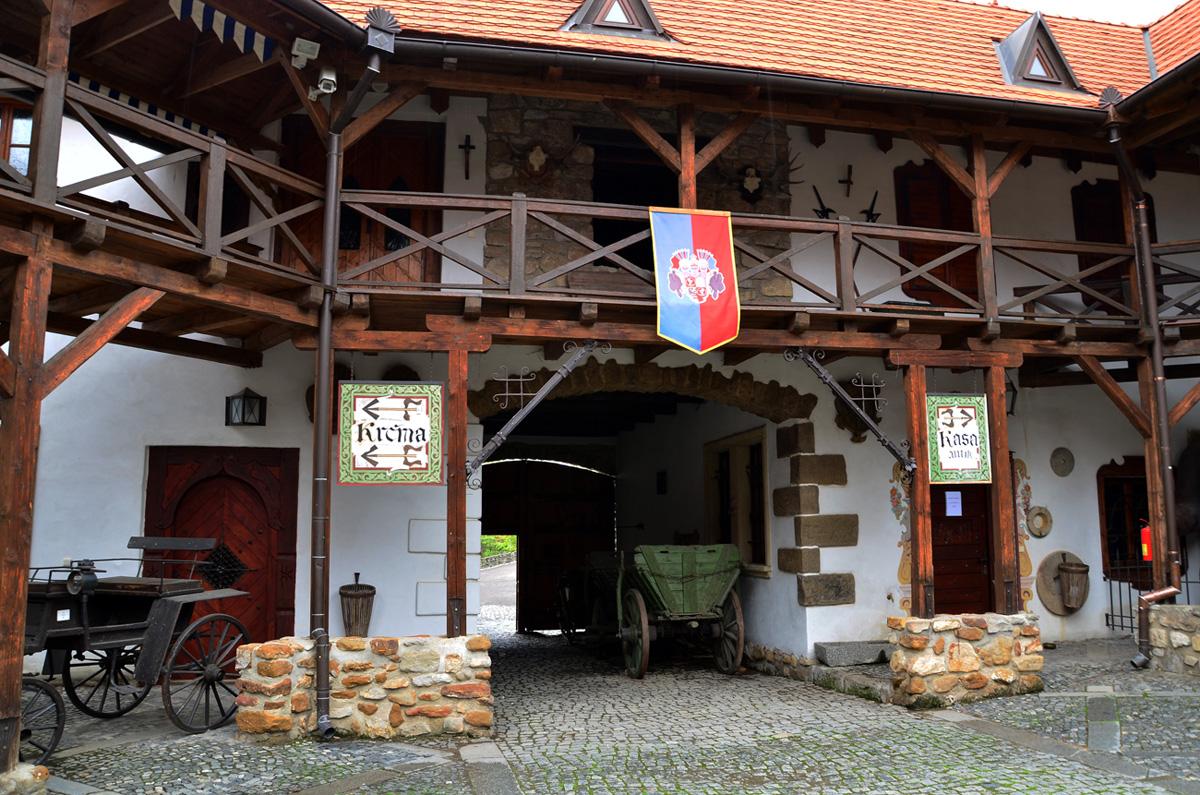Заходя во двор замка, попадаешь во времена средневековья