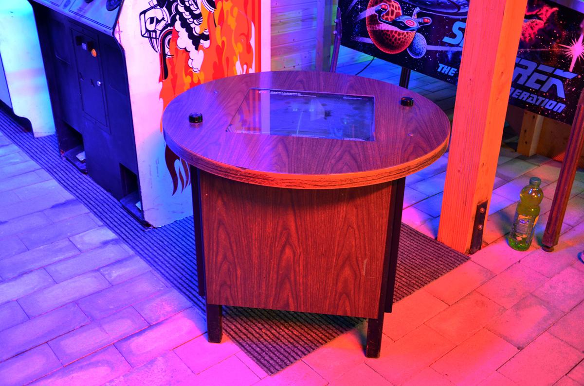 Интересный корпус автомата с классической игрой Pong