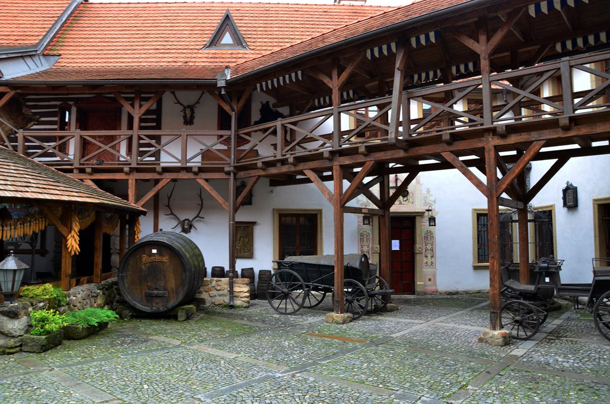 Замковый двор богат деталями