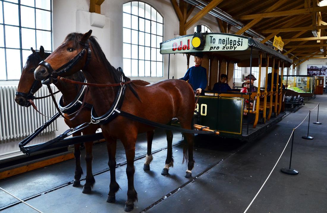 Летний вагон трамвая на лошадиной тяге. Применялся с 1885 по 1889 года