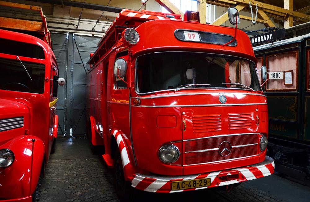 Несколько образцов пожарной техники