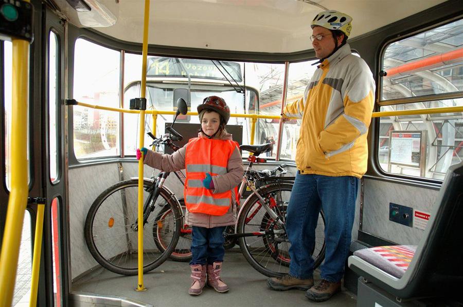 Провоз велосипеда в трамвае Праги