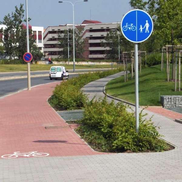 Раздельная велосипедная дорожка для велосипедистов и пешеходов