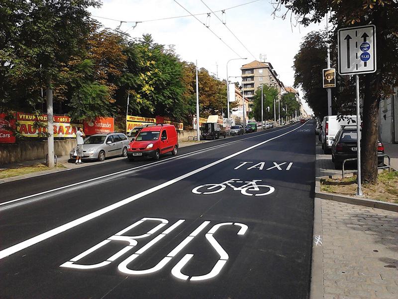 Выделеная полоса для велосипедистов, автобусов и такси