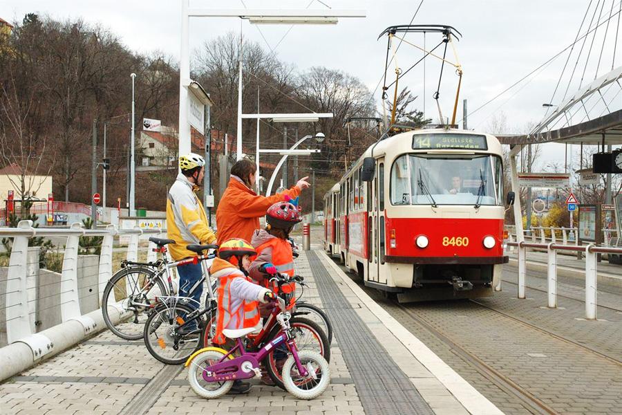 перевозка велосипеда в трамвае Праги