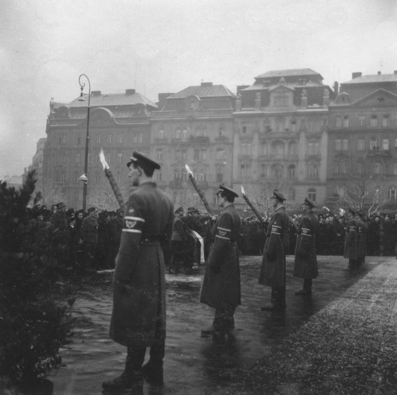 Прощание с жертвами бомбардировки на Reichsplatz (сегодняшняя площадь náměstí Míru)