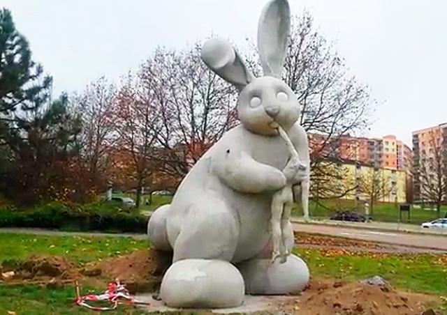 В Чехии установили скульптуру кролика, пожирающего человека