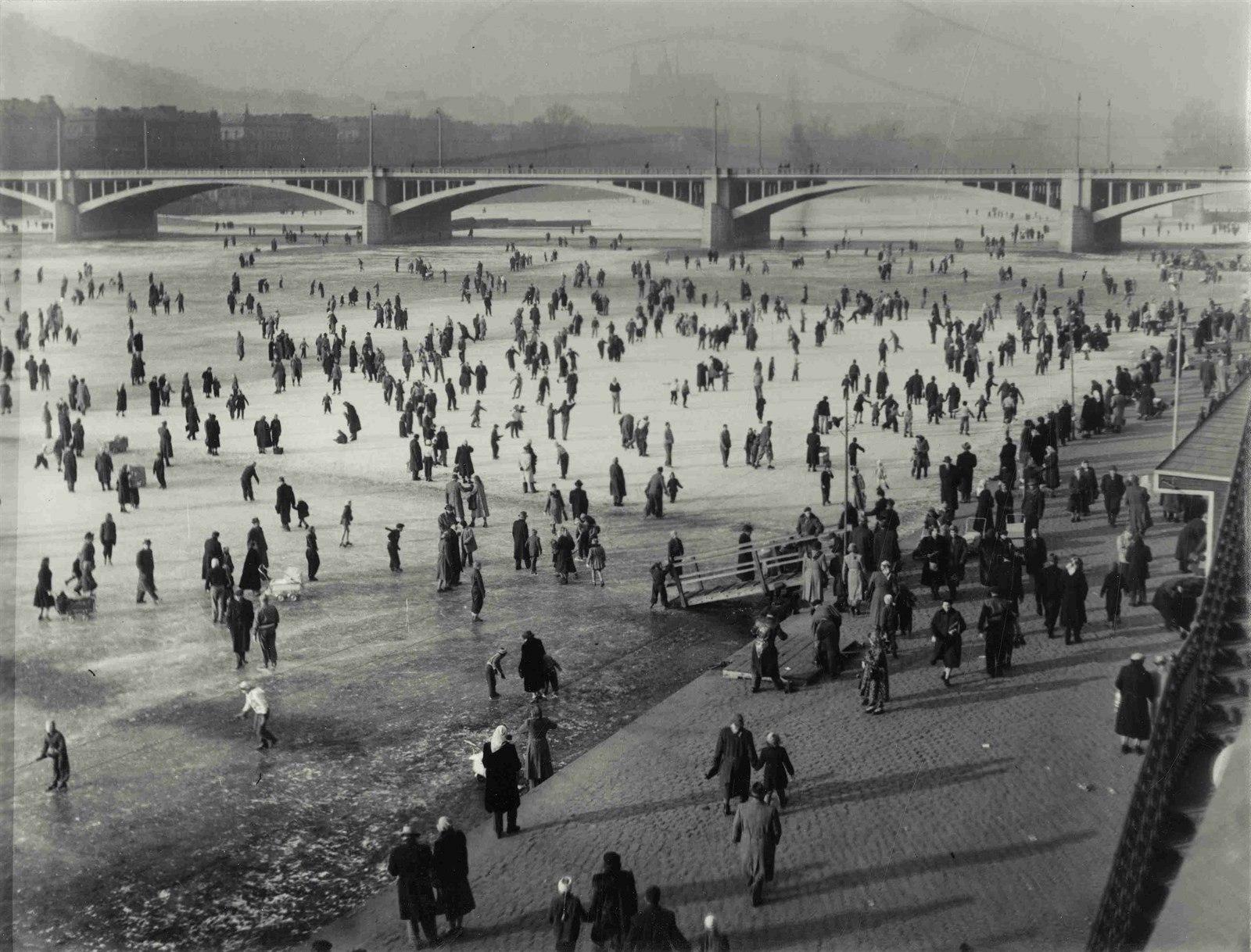 Bruslení mezi Jiráskovým a Palackého mostem, 1960, foto Jiøí Karel Procházka.