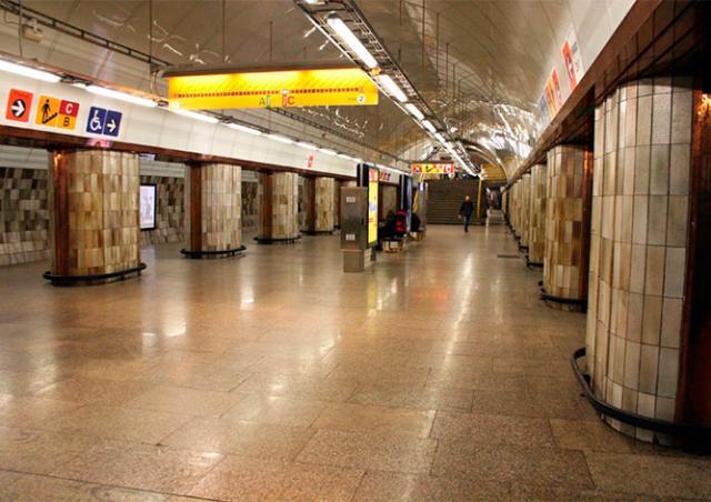 Иностранец бросился под поезд в метро Праги